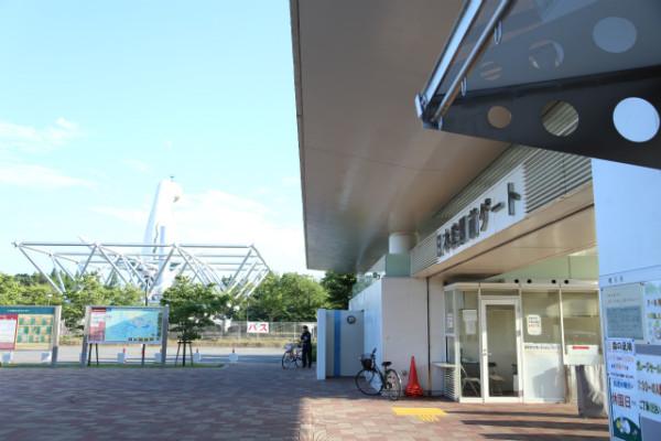 日本庭園前ゲート。お祭り広場に近い入り口で、駐車場もある。