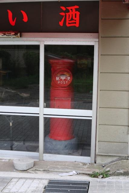 東尋坊の土産物屋街には、民家の中に昔ながらの郵便ポストがある。
