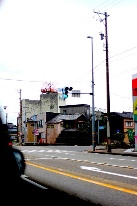 福井県の信号は縦に設置されている。雪対策という