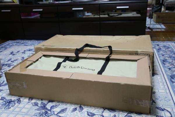 ダッチカーリングの梱包。手前の箱がゲーム本体。奥の箱は脚。