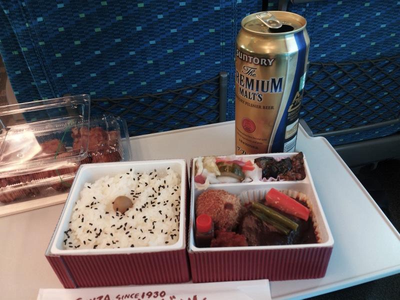 東京駅つばめグリルの弁当を新幹線に持ち込んで食べる。「いわゆるお弁当の味の残念感」はなく、レストランのランチのような味