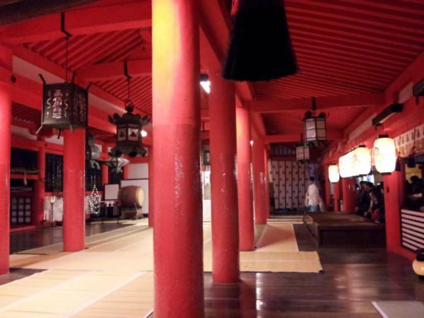 厳島神社の祭壇付近。写真右側は一般参拝客と賽銭箱。写真左に祭壇があり、祈祷をお願いした人はこの広場に座って祈祷してもらう。