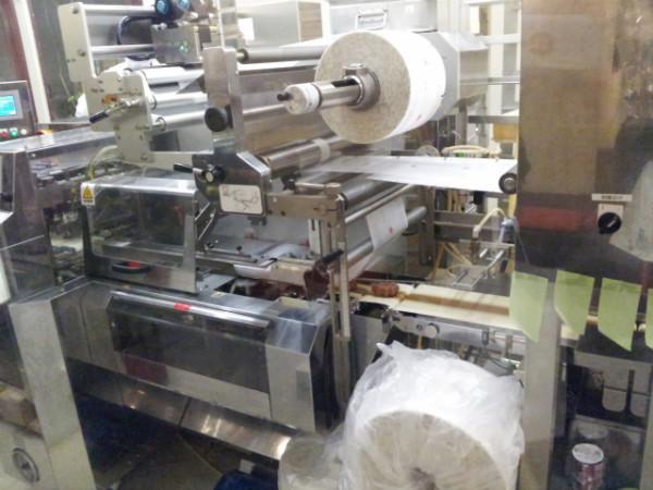 もみじ饅頭を包む機械