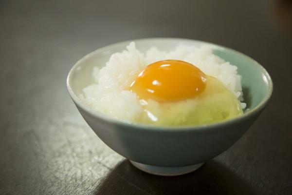 オイシックスで一番人気の卵。高橋さんの「黄身恋し」の卵かけごはん。
