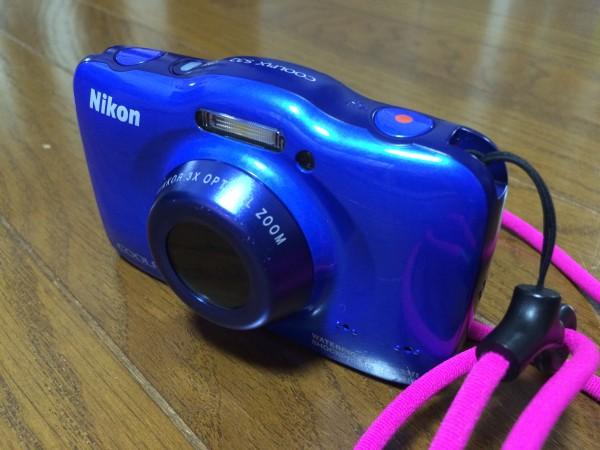 Nikon COOLPIX  S32。ビーチリゾートでは浜辺や水中・船上などで使うので、落とさないように首から下げるタイプのストラップも同時購入した