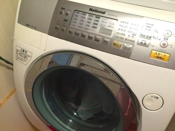 洗濯機に入れる。この時、フロアマットやバスタオルを一緒に入れると洗濯機に非常に優しい