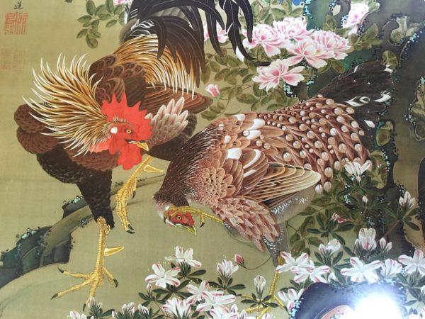 若冲×ガヤガヤ。2羽の鶏は明らかに何かにつて会話していて、一話は照れているのか、参っているのか、どちらともとれる表情をしている。