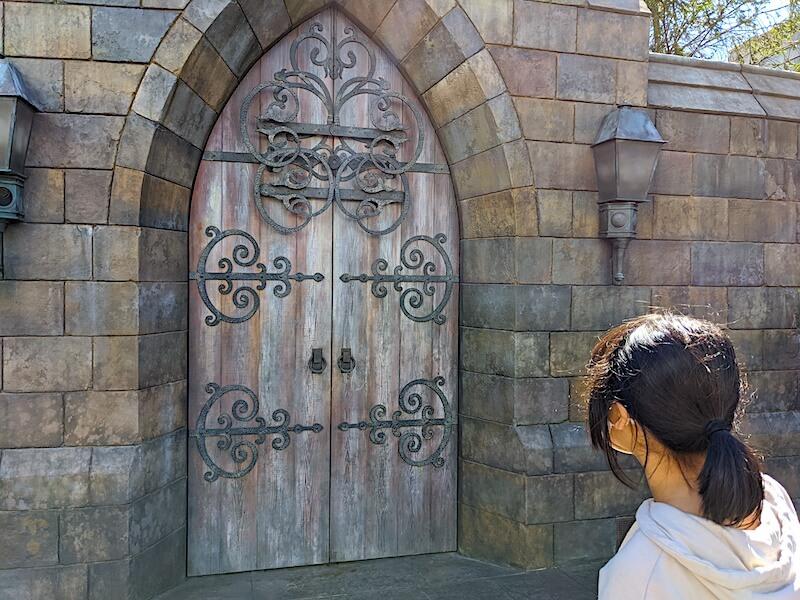 魔法の杖でドアを開ける様子