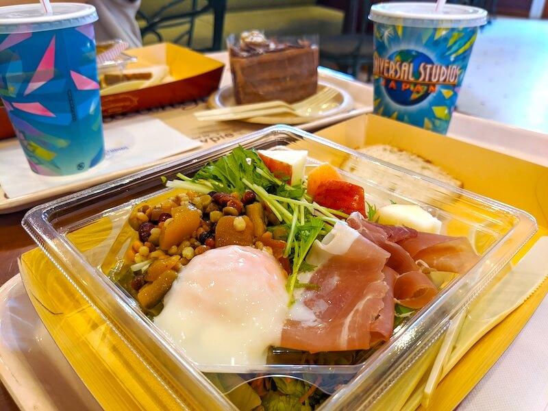 USJでの昼食。サラダセット