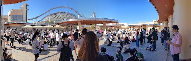 開場前にUSJの正門に並ぶ人々